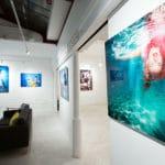 photographie de l'espace 38 pendant une exposition on peut y voir des impressions directes pour espace 38 showroom big wall